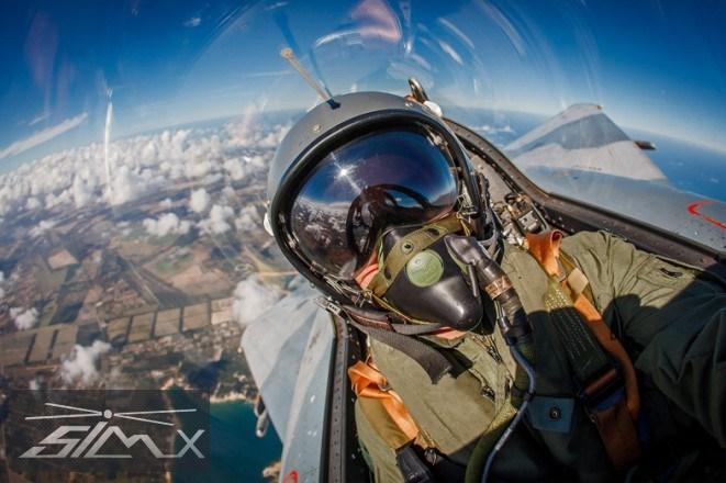 近来世界各国的战斗机飞行员们似乎都开始热衷于自拍了起来。不同的战机,不同的姿势,总而言之就是追求一个炫。座舱外的美丽地景加上帅气的头盔,也是时尚得很。   飞行员的自拍五花八门,除了座舱内内置的摄像头外,还有些人甚至把iPhone都带上了天。有些人注重构图美感,有些人喜欢找准时机,比如那个在导弹发射一瞬间抓拍的丹麦F-16飞行员。值得一提的是,我们的辽宁舰J-15也有。   接下来大家就欣赏图集吧,军迷们能从照片中认出他们开的都是什么战斗机吗?  图一:瑞士空军F-18战斗机飞行